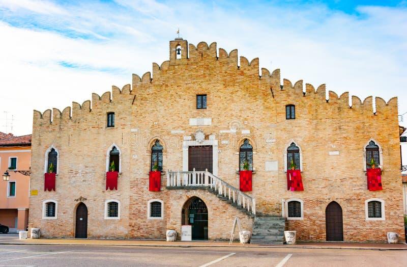 Façade d'hôtel de ville de Portogruaro photographie stock libre de droits