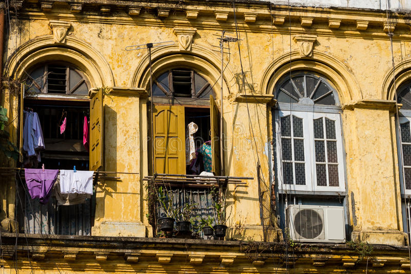 Façade d'un bâtiment colonial à Yangon, Myanmar. photographie stock