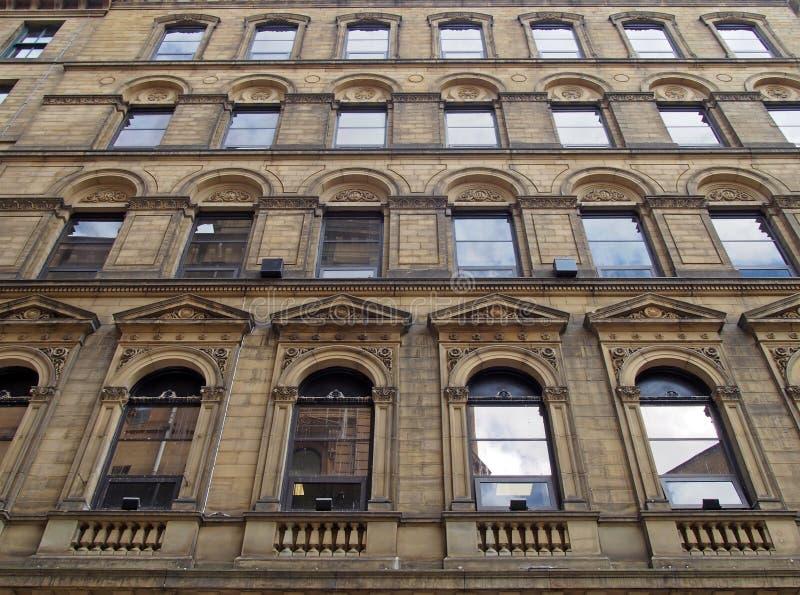 Façade d'un grand immeuble commercial en pierre du XIXe siècle dans la petite zone allemande de bradford west yorkshire avec né photo stock