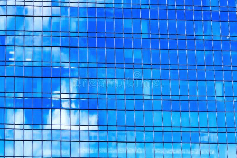Façade d'un gratte-ciel en verre et en métal avec le refle bleu et blanc photo stock