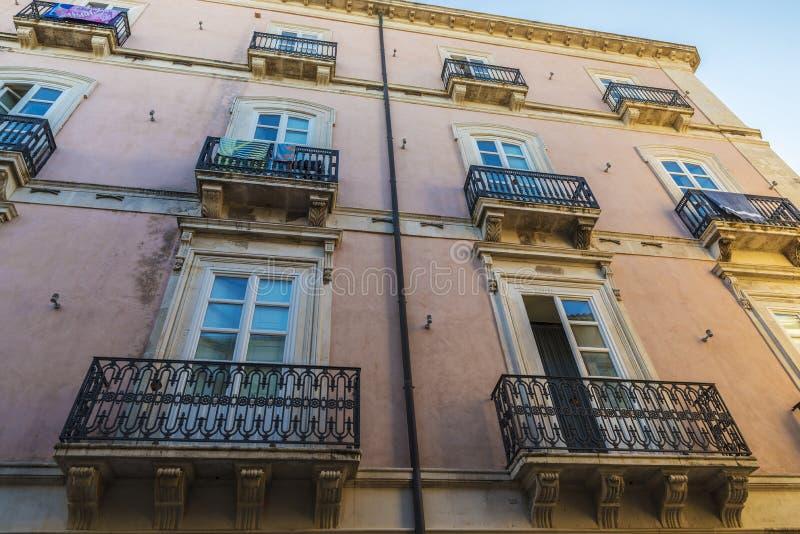 Façade d'un vieux bâtiment classique dans Siracusa, Sicile, Italie photos libres de droits