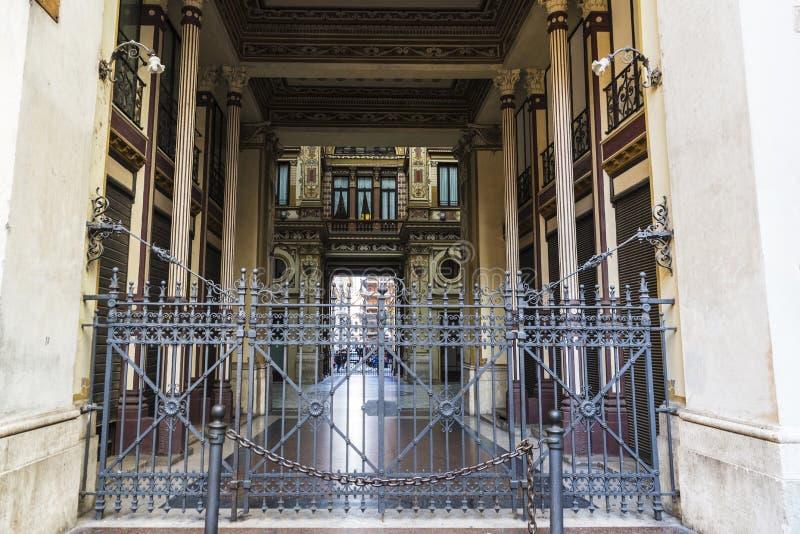 Façade d'un vieux bâtiment classique de décor à Rome, Italie photographie stock