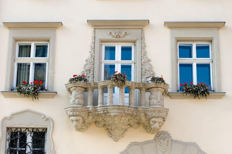 Façade d'une construction avec un balcon et des fleurs photographie stock