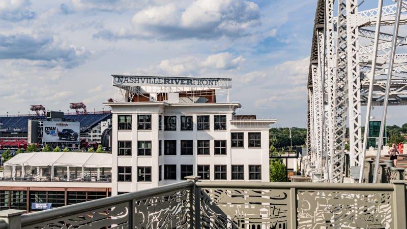 Façade d'une rivière de Nashville - vue de pont piétonnier - NASHVILLE, Etats-Unis - 15 JUIN 2019 photographie stock