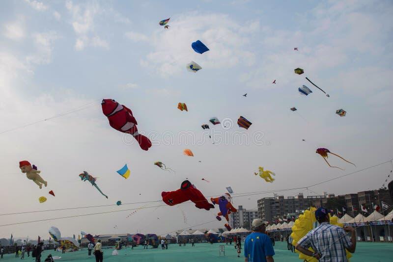 FAÇADE D'UNE RIVIÈRE de SABARMATI, AHMEDABAD, GOUDJERATE, INDE, le 13 janvier 2018 Divers cerfs-volants concurrençant au festival photographie stock libre de droits