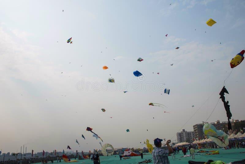 FAÇADE D'UNE RIVIÈRE de SABARMATI, AHMEDABAD, GOUDJERATE, INDE, le 13 janvier 2018 Divers cerfs-volants concurrençant au festival photographie stock