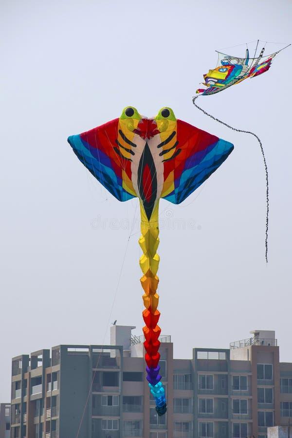 FAÇADE D'UNE RIVIÈRE de SABARMATI, AHMEDABAD, GOUDJERATE, INDE, le 13 janvier 2018 Divers cerfs-volants concurrençant au festival images libres de droits