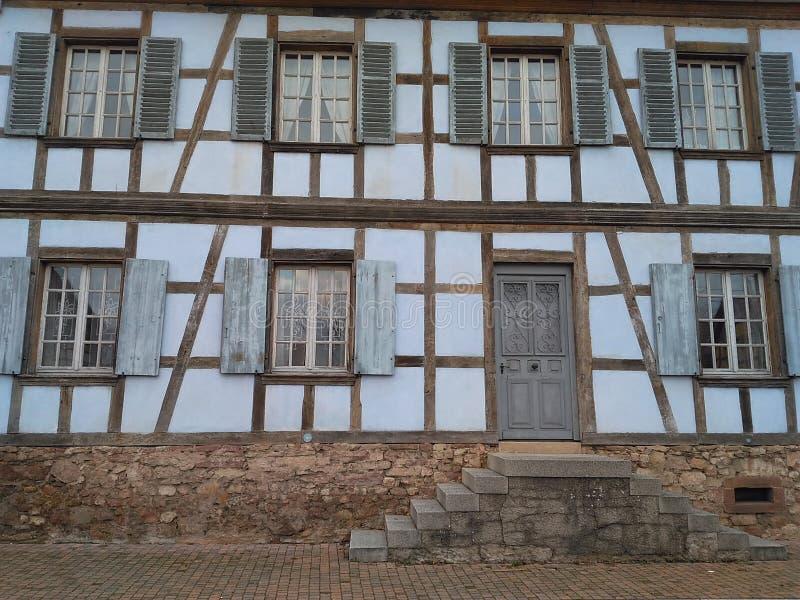 façade de 12 67 5000 03 Alsace avec des escaliers photographie stock libre de droits