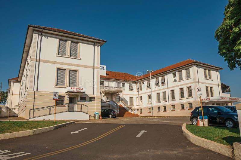 Façade de bâtiment d'hôpital de ville et entrée principale du secteur de secours chez São Manuel image libre de droits