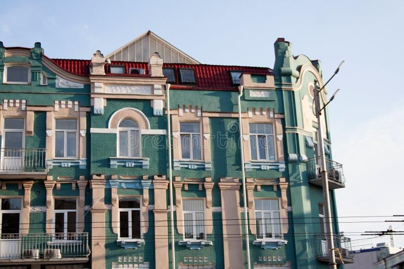 Façade de bâtiment de turquoise avec les éléments décoratifs beiges et blancs photos stock