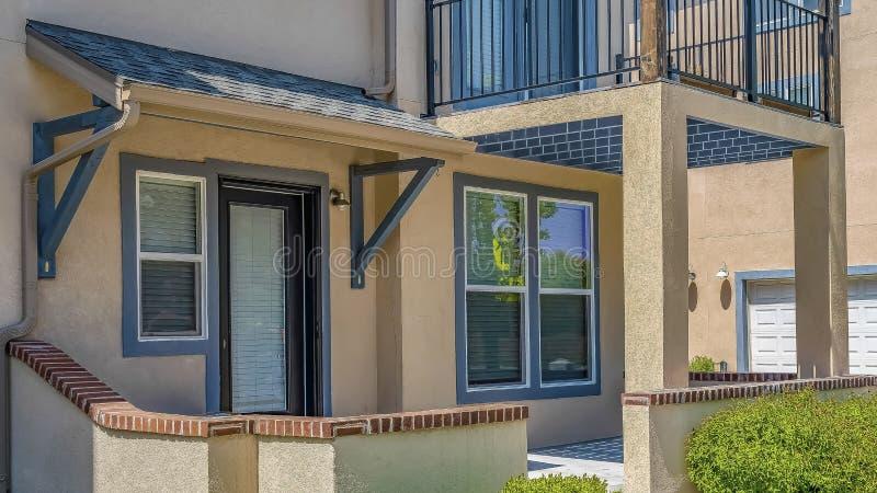 Façade de cadre de panorama de maison avec la voie qui mène à l'entrée principale paned de porche et en verre photo stock