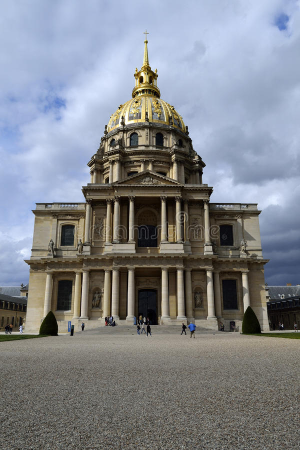 Façade de cathédrale de Les Invalides un jour nuageux images libres de droits