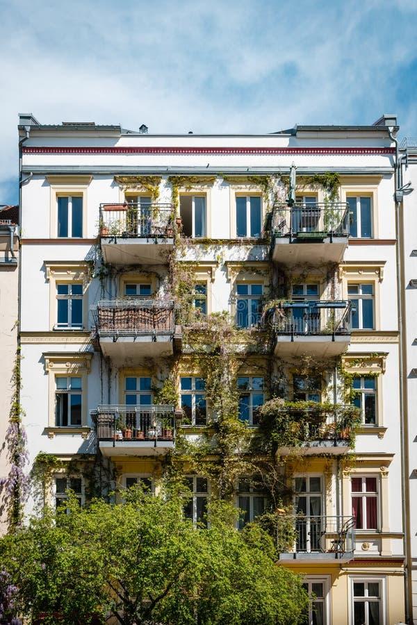Façade de Chambre avec le balcon envahi, extérieur de construction photo libre de droits
