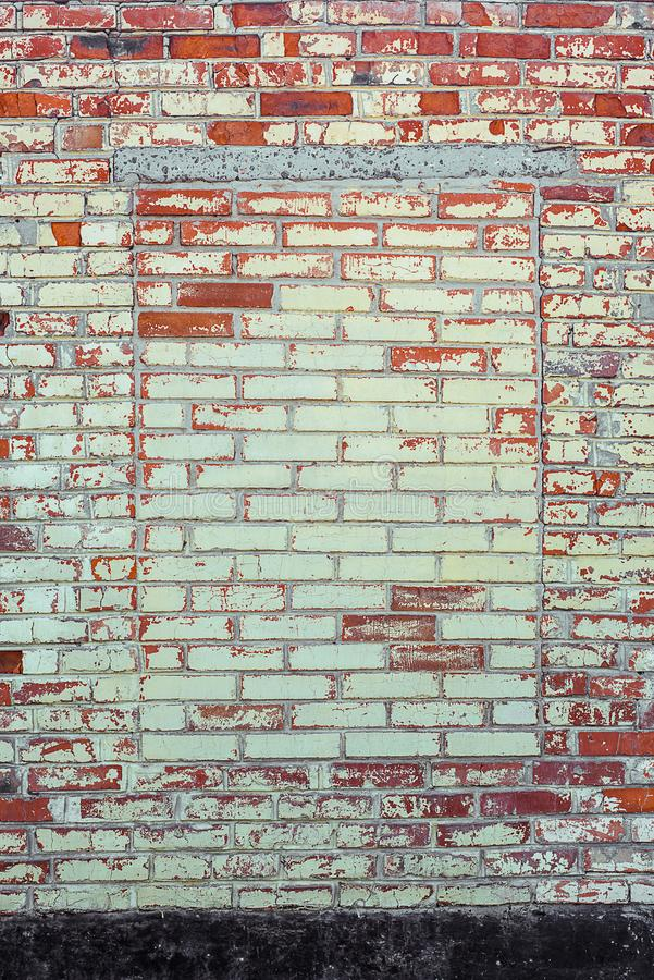 Façade de construction minable de mur de briques avec le plâtre endommagé et la fenêtre emmurée images libres de droits