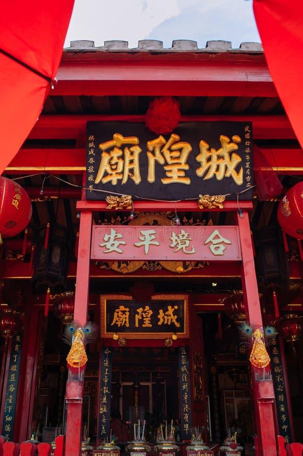 Façade de construction rouge de vieux cru de tombeau de pilier de ville de Songkhla avec les lanternes chinoises chez Nang photographie stock