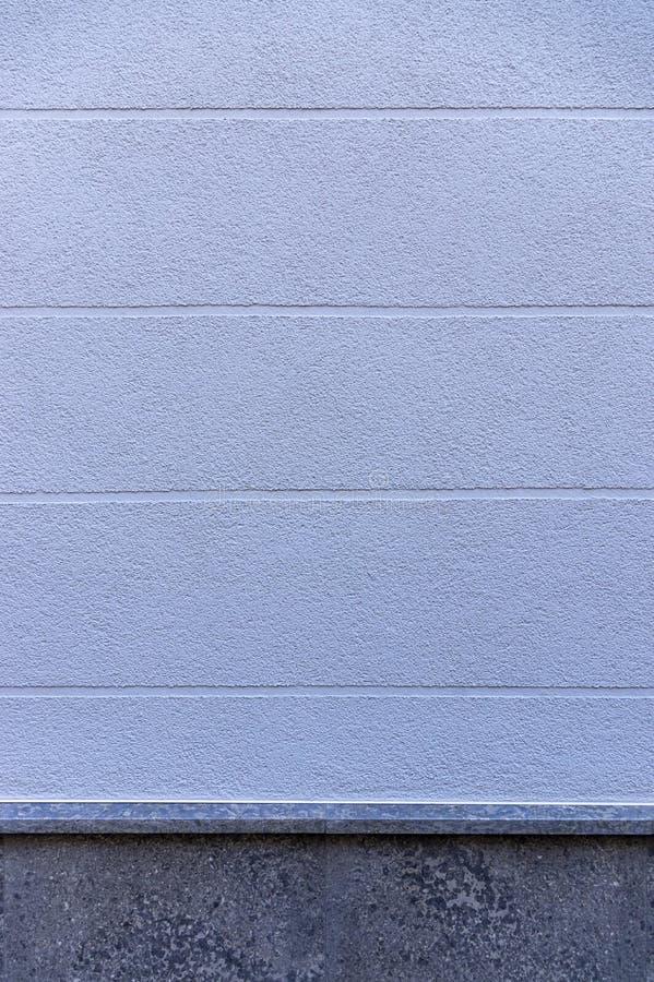 Façade de détail d'une maison avec le plâtre bleu et des joints visuels horizontalement de élargissement comme élément et base de images stock