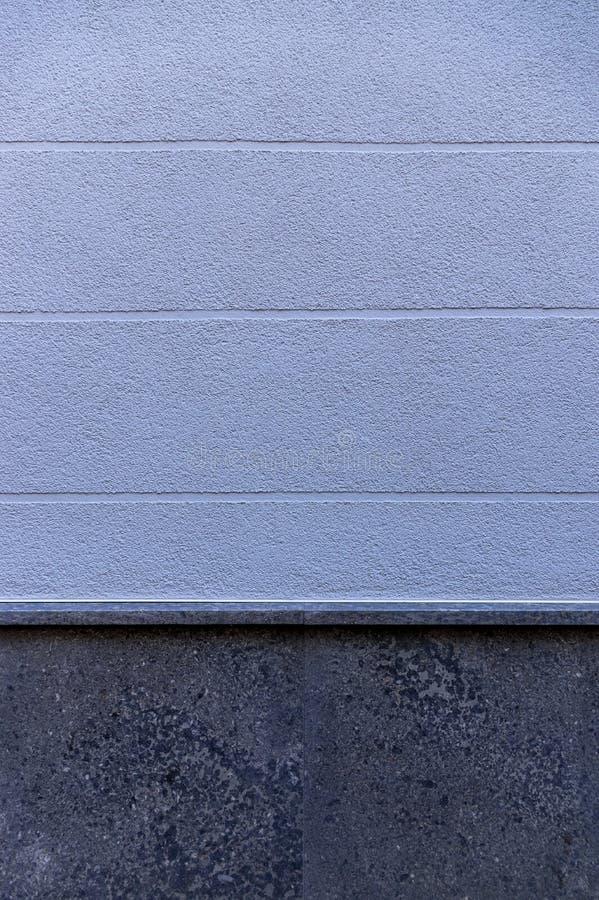 Façade de détail d'une maison avec le plâtre bleu et des joints visuels horizontalement de élargissement comme élément et base de image stock