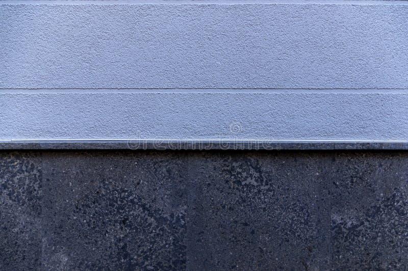 Façade de détail d'une maison avec le plâtre bleu et des joints visuels horizontalement de élargissement comme élément et base de photos libres de droits