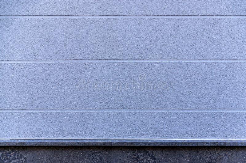 Façade de détail d'une maison avec le plâtre bleu et des joints visuels horizontalement de élargissement comme élément et base de images libres de droits