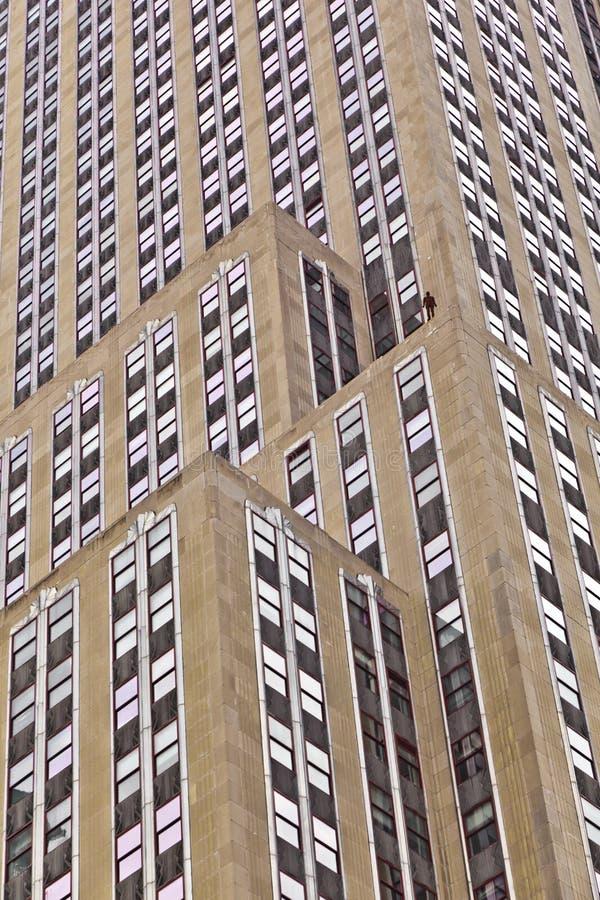 Façade de gratte-ciel avec la statue photo stock