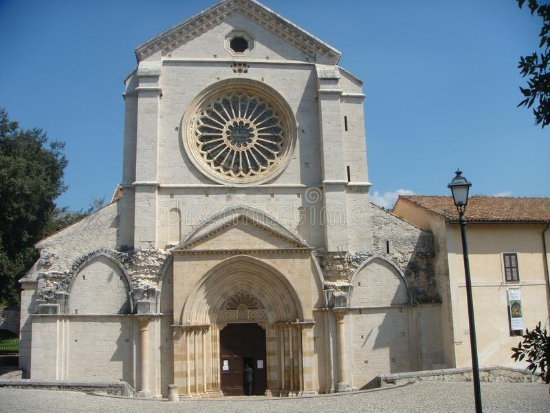 Façade de l'abbaye de Fossanova avec sa fenêtre rose dans Latium en Italie photo stock
