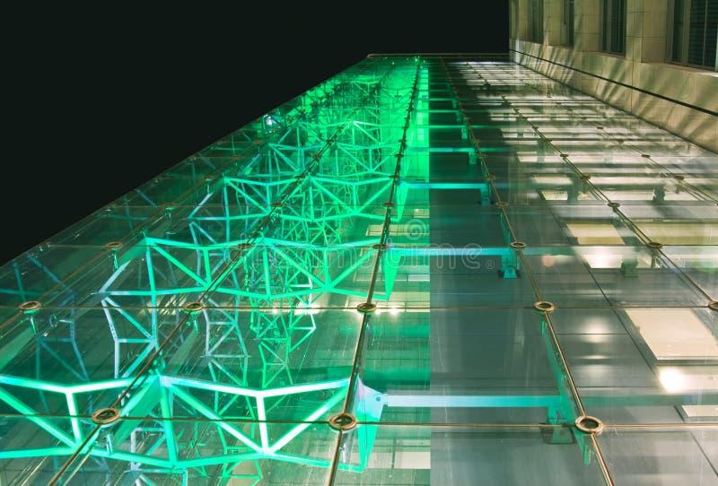 Façade de l'immeuble de bureaux la nuit images stock