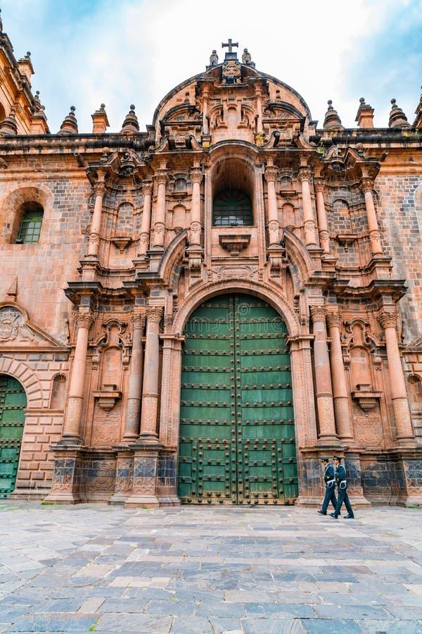 Façade de la basilique fleurie de cathédrale de l'acceptation de la Vierge dans Cusco photos stock