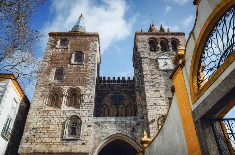 Façade de la cathédrale d'Evora, église principale de la région Portugal de l'Alentejo photo libre de droits