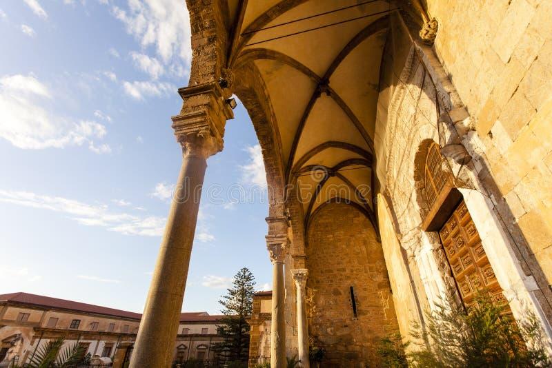 Façade de la cathédrale de di Cefalu de Duomo dans Cefalu, Sicile, Italie photographie stock
