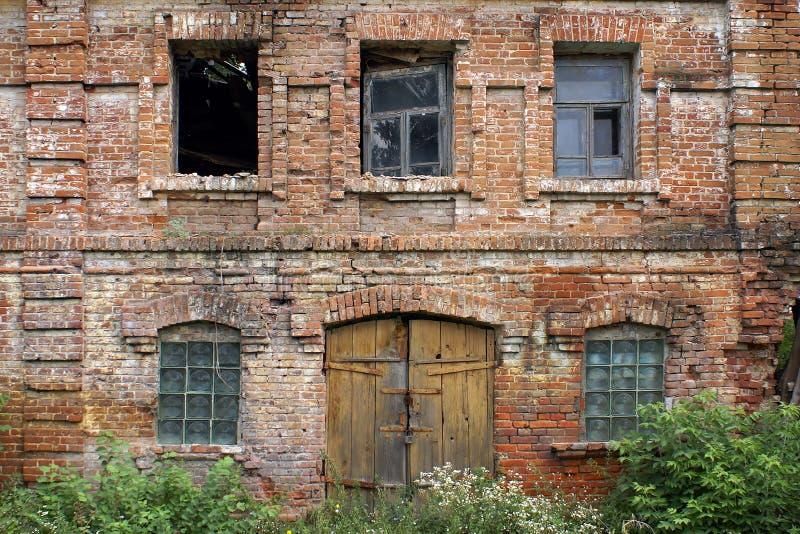 Façade de la construction détruite photographie stock libre de droits