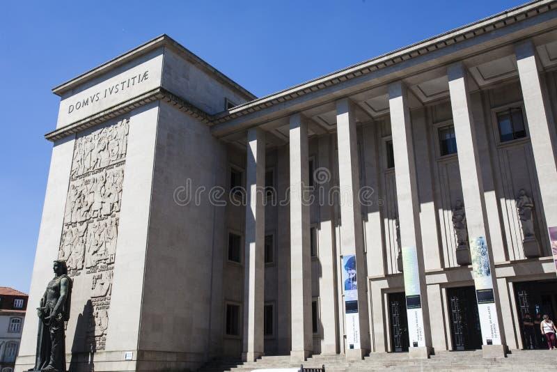 Façade de la cour de Porto (le tribunal DA Relacao font Porto) à Porto - au Portugal images stock