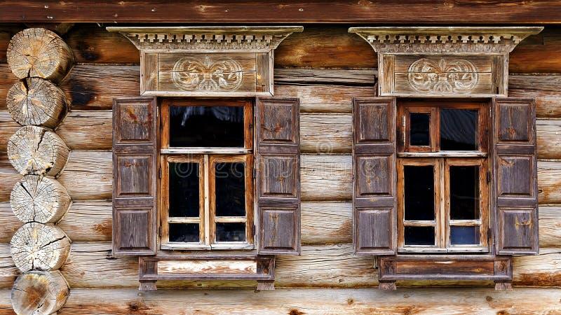 Façade de la vieille cabane en rondins dans le musée de l'architecture en bois images libres de droits