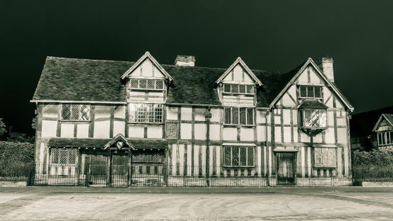 Façade de lieu de naissance de Shakespeare par nuit photos stock