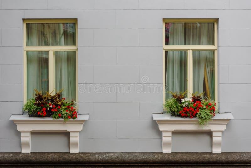 Façade de maison avec des fleurs photos libres de droits
