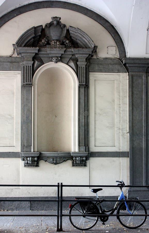 Façade de palais antique sous les arcades avec une bicyclette image libre de droits