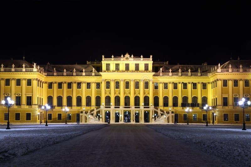 Façade de palais de Schonbrunn la nuit foncé hiver photos libres de droits