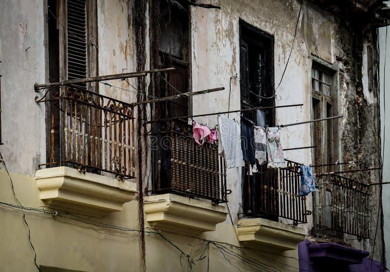 Façade de taudis avec des balcons photos stock