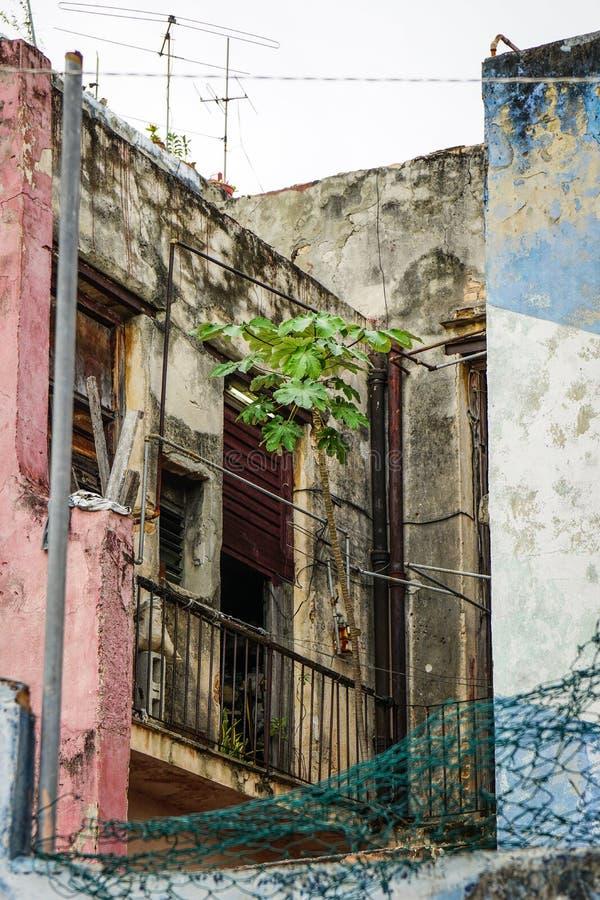 Façade de taudis avec le balcon photographie stock libre de droits