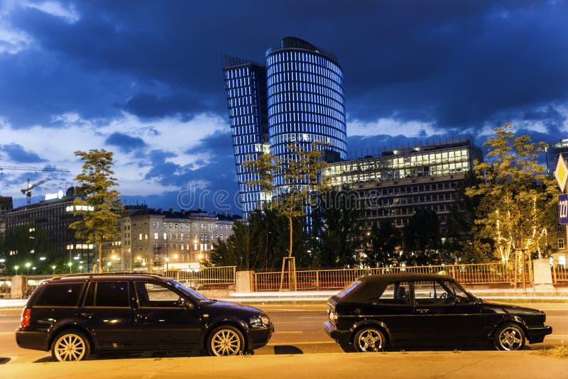 Façade de tour d'uniqua par nuit image libre de droits