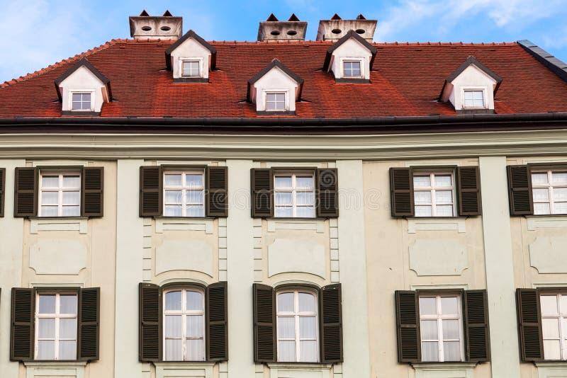 Façade de vieille maison à la place principale à Bratislava images stock