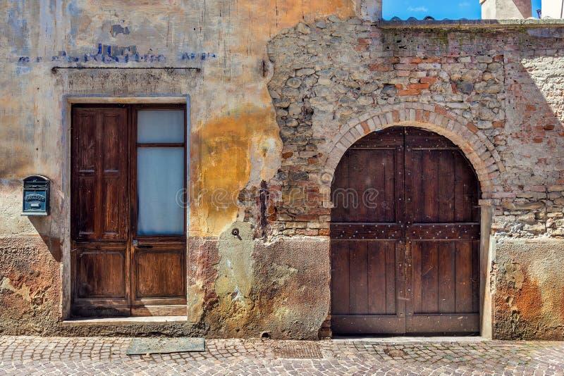 Façade de vieille maison abandonnée en Italie. photo libre de droits