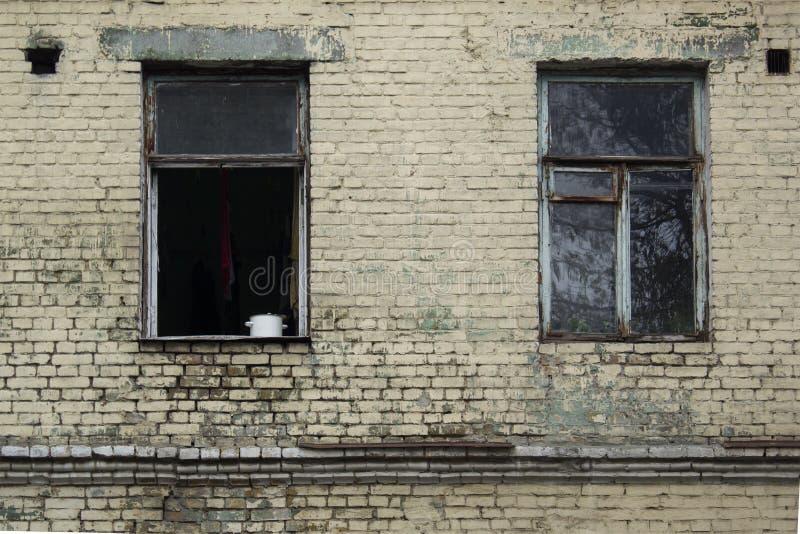 Façade de vieille maison avec la fenêtre superficielle par les agents ouverte dans un secteur pauvre de ville images stock