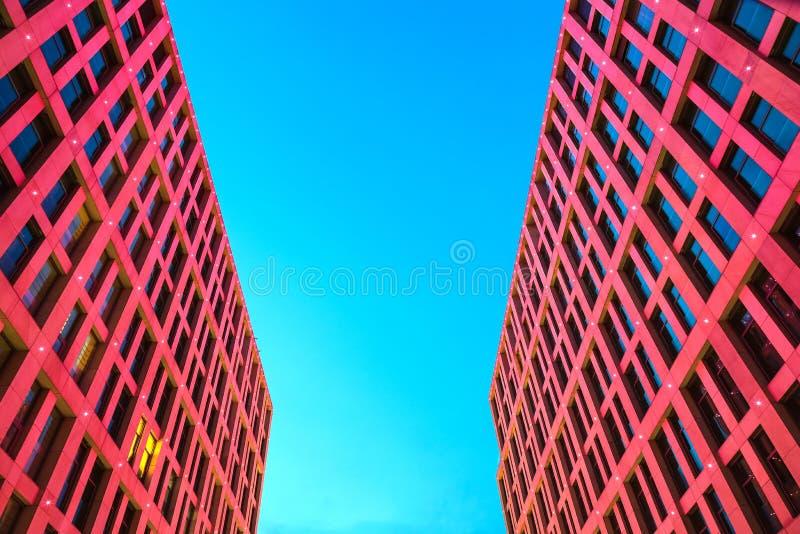 Façade des gratte-ciel avec la belle illumination rouge dans la perspective du ciel bleu la nuit, ville de Dniepr, Dniepropetovsk photo stock