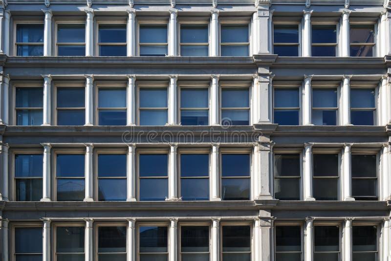 Façade du bâtiment à New York avec les fenêtres symétriques image stock