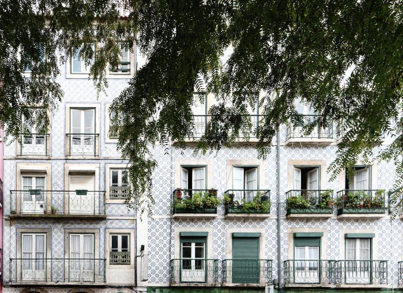 façade du bâtiment coloré dans le lisbona image libre de droits
