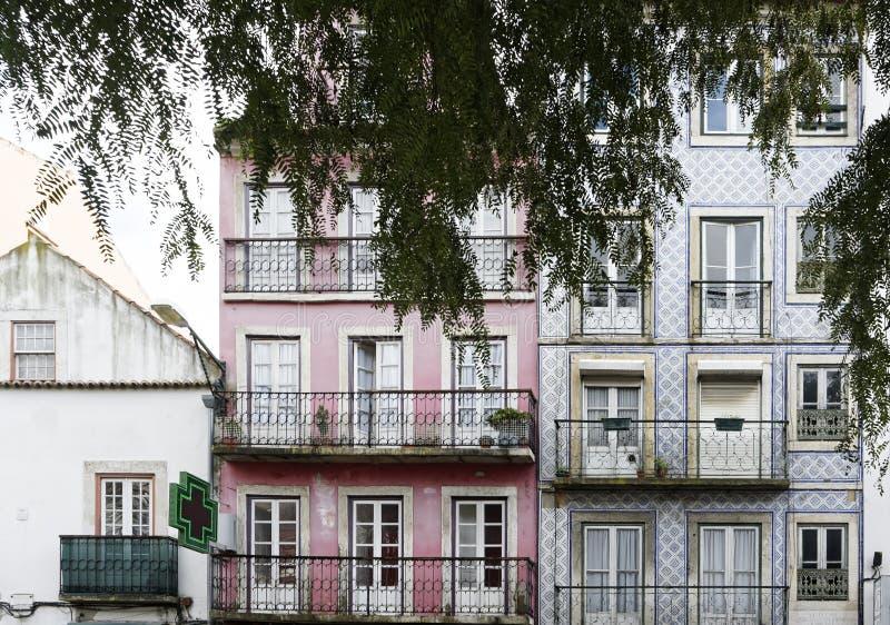 façade du bâtiment coloré dans le lisbona photographie stock libre de droits