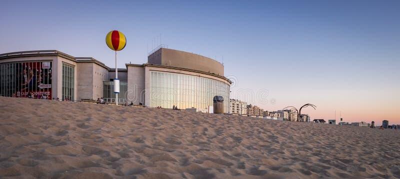Façade du bâtiment de casino à côté de la plage d'Oostende en Belgique photographie stock libre de droits