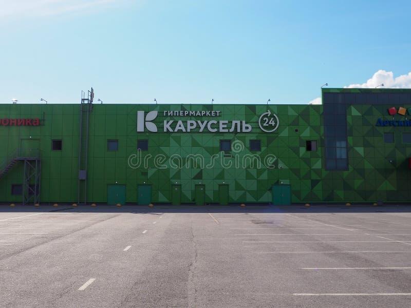 Façade du bâtiment de Karusel d'hypermarché avec la conception géométrique de modèle de triangles de vert de résumé et le logotyp photo libre de droits