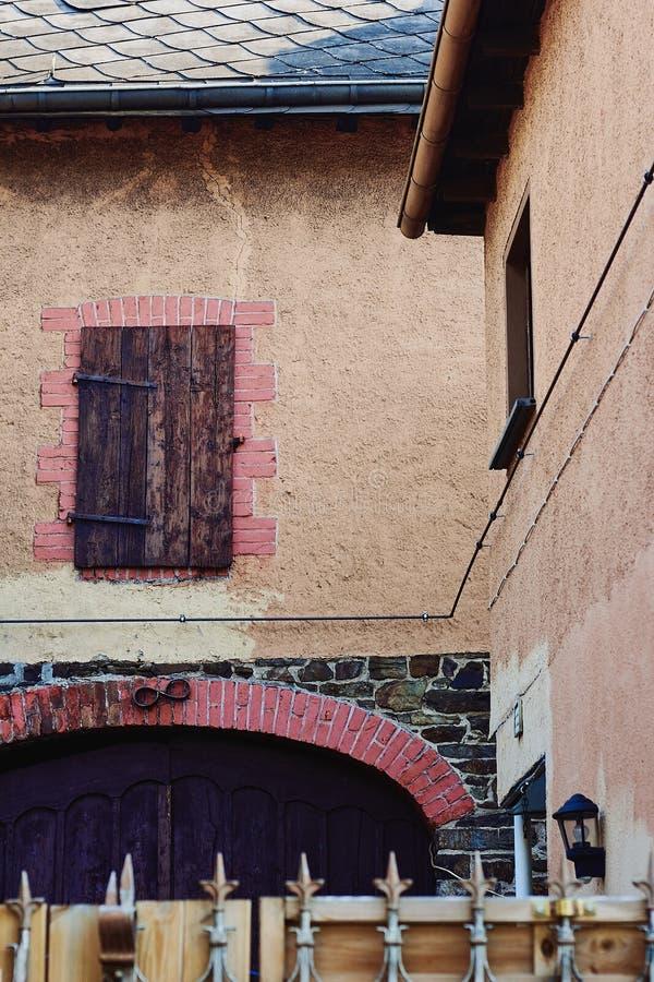Façade du bâtiment médiéval avec la fenêtre et de porte dans un petit village allemand image stock