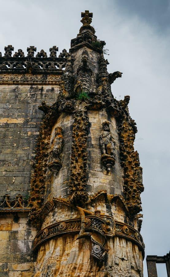 Façade du couvent du Christ avec sa fenêtre complexe célèbre de Manueline dans le château médiéval de Templar dans Tomar, Portuga images libres de droits